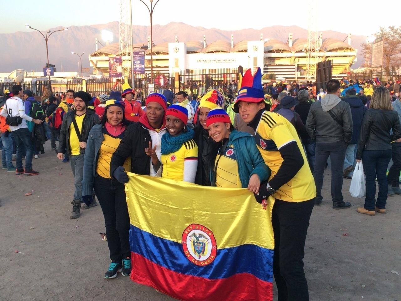 Torcedores colombianos são maioria no entorno do estádio Monumental antes do jogo entre Brasil x Colômbia