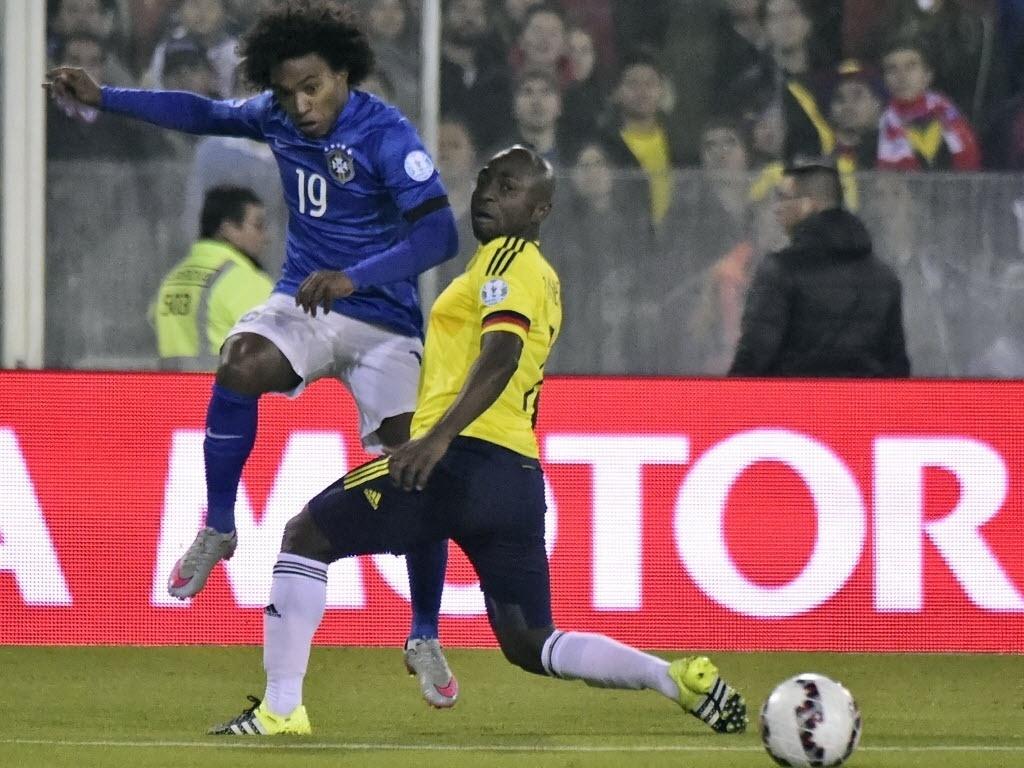 Willian e Armero em ação no confronto entre Brasil x Colômbia pela segunda rodada da Copa América