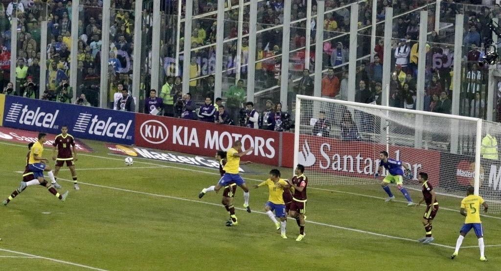 Thiago Silva finaliza de primeira para fazer 1 a 0 para o Brasil contra a Venezuela