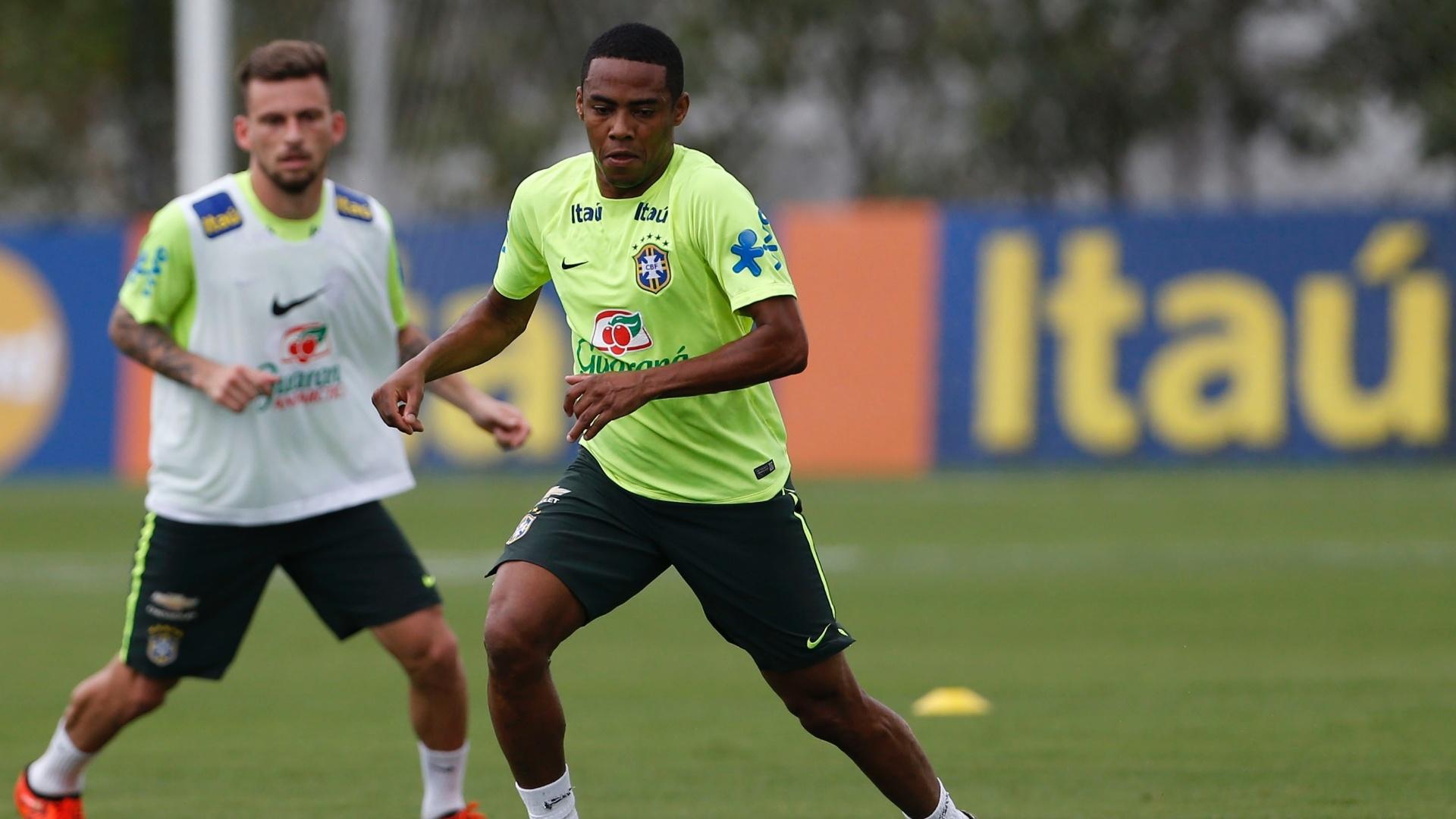 Observado por Lucas Lima, Elias treina com a seleção brasileira no CT do Corinthians