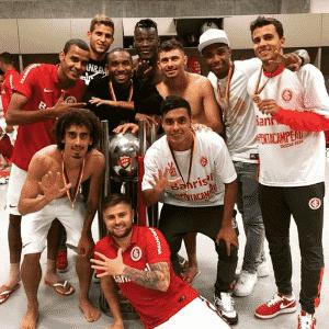 Junto a colegas do Inter, Alisson comemora o pentacampeonato gaúcho de 2015 - Reprodução/Instagram