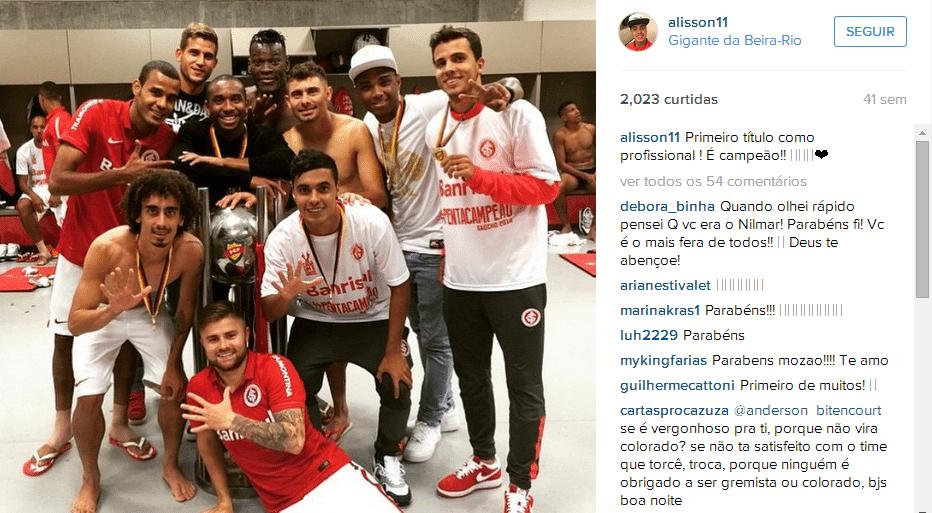 Junto a colegas do Inter, Alisson comemora o pentacampeonato gaúcho de 2015