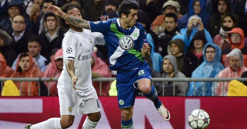 Marcelo e Vieirinha disputam bola na partida entre Real Madrid e Wolfsburg pela Liga dos Campeões