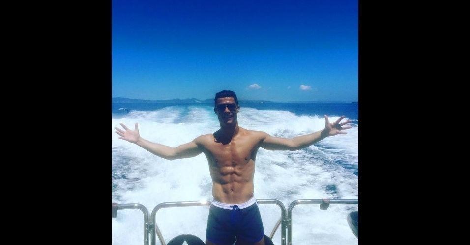 Cristiano Ronaldo aproveita as férias em uma lancha nas praias de Ibiza