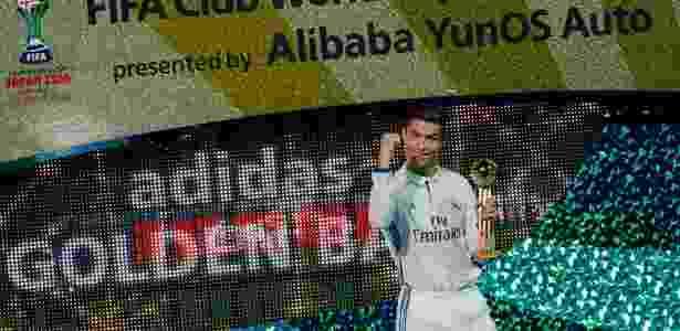 Cristiano com a bola de ouro do Mundial de Clubes; no começo da semana, o português ganhou sua quarta Bola de Ouro da France Football - Shuji Kajiyama/AFP
