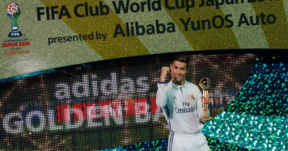 Cristiano com a bola de ouro do Mundial de Clubes; no começo da semana, o português ganhou sua quarta Bola de Ouro da France Football