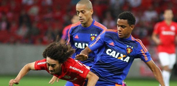 Rithely derruba Valdivia, durante a partida entre Sport e Internacional. Eles podem jogar juntos no Atlético-MG