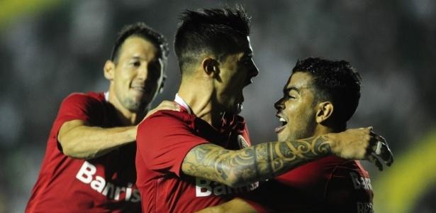 Jogadores do Internacional comemoram gol contra o Figueirense na Série B