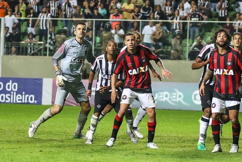 Victor e Robinho e ação pelo Atlético-MG contra o Atlético-MG