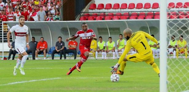 Em Maceió, Diego Corrêa bate para o gol e abre o placar para o CRB diante do Internacional pela Série B de 2017