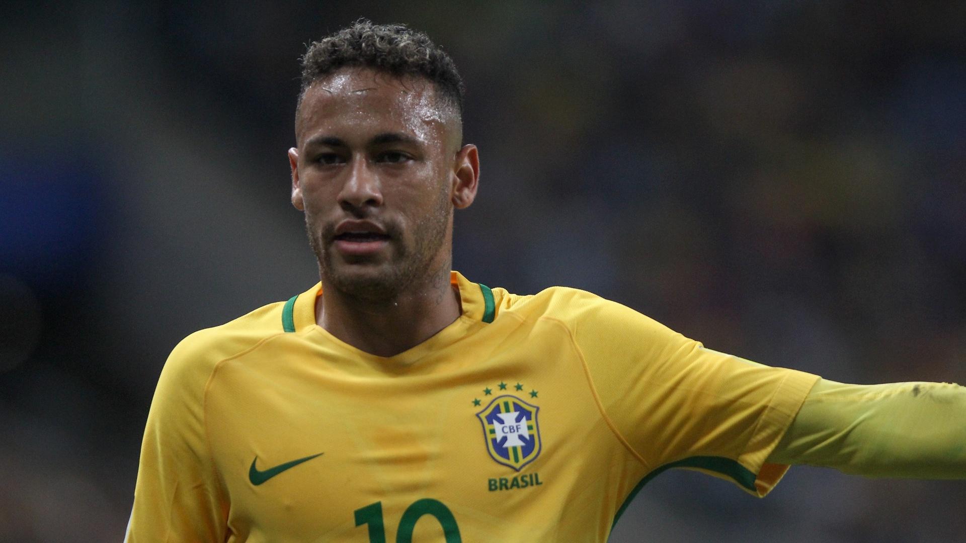 Neymar orienta companheiros durante a partida contra o Equador