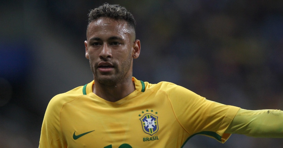 Neymar orienta companheiros durante a partida contra o Equador