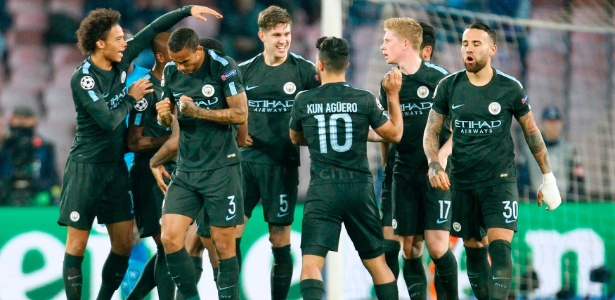 Jogadores do Manchester City comemoram gol contra o Napoli