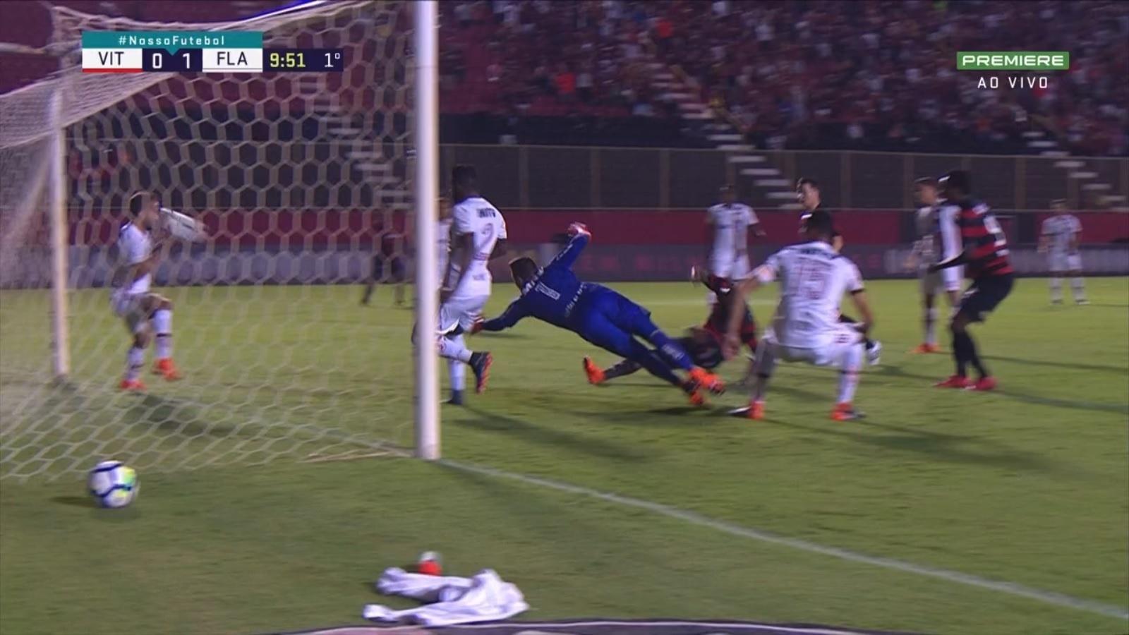 Bola acerta o rosto de Everton Ribeiro, que é expulso erroneamente por toque de mão