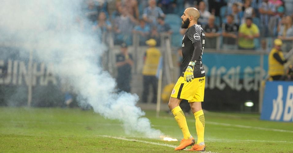 Sinalizador é jogado no gramado durante clássico entre Grêmio e Internacional
