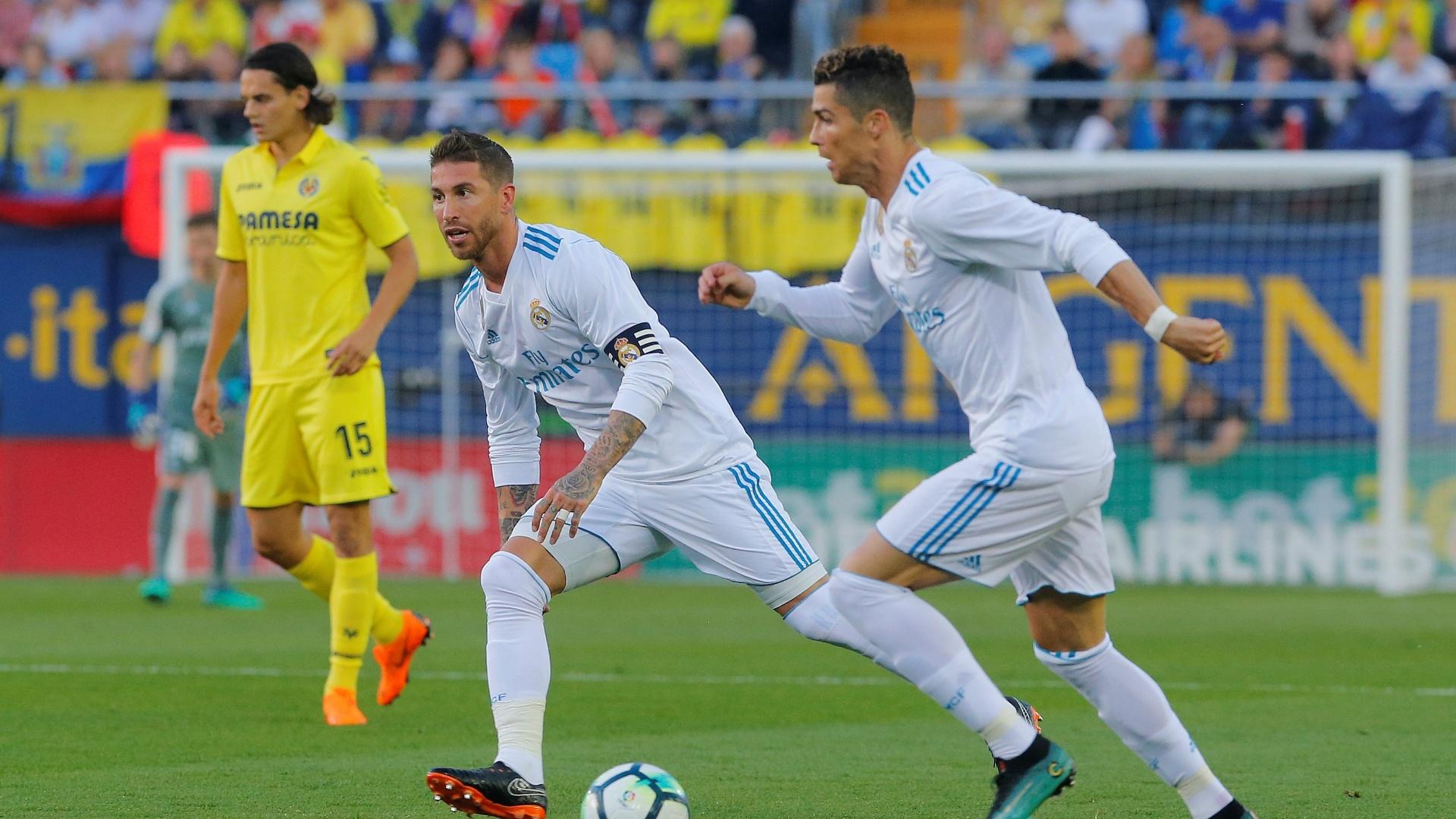 Cristiano Ronaldo e Sergio Ramos tocam a bola em Villarreal x Real Madrid