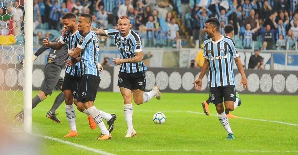 Jogadores do Grêmio comemoram gol de André contra o Atlético-MG