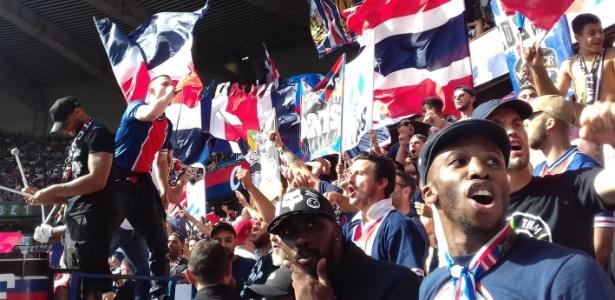 Ultras do PSG festejam em duelo contra o Angers - João Henrique Marques (UOL Esporte)