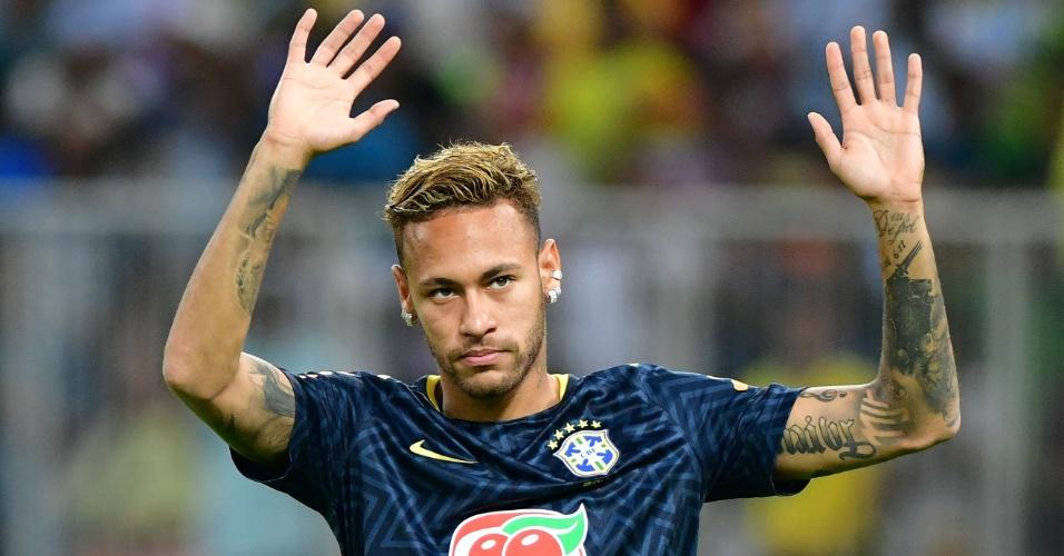 O atacante saúda a torcida antes do amistoso entre Brasil e Argentina