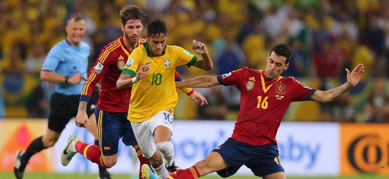 Neymar é marcado por Busquets e Sergio Ramos na final da Copa das Confederações de 2013, no Maracanã - AMA/Corbis via Getty Images