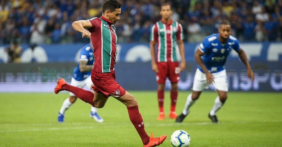 Paulo Henrique Ganso cobra pênalti durante jogo entre Fluminense e Cruzeiro