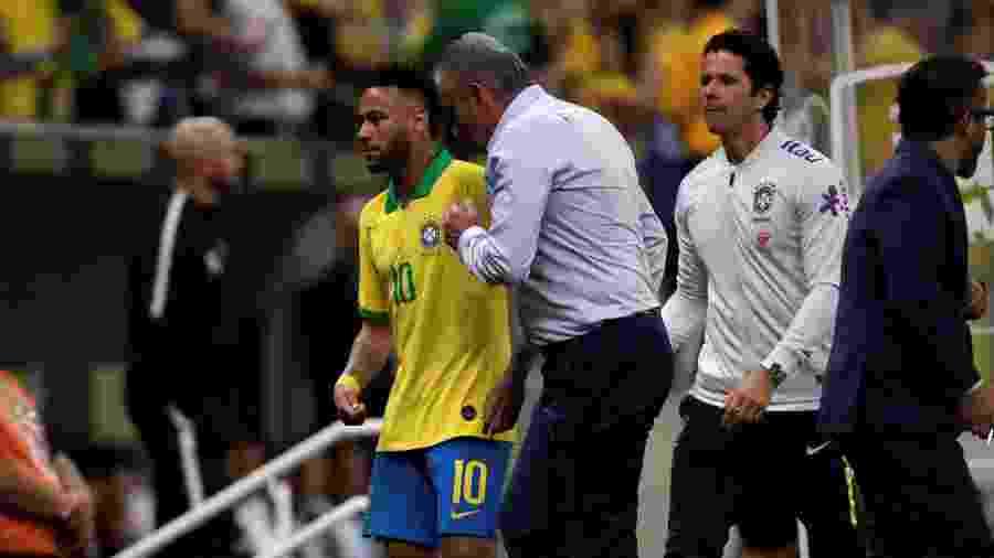 Tite conversa com Neymar após atacante deixar o gramado na partida entre Brasil e Qatar - Ueslei Marcelino/Reuters