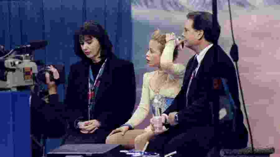 10/01/1998: Richard Callaghan espera por resultados do Campeonato Norte-Americano de Patinação Artística com Tara Lipinski - Jamie Squire /Allsport