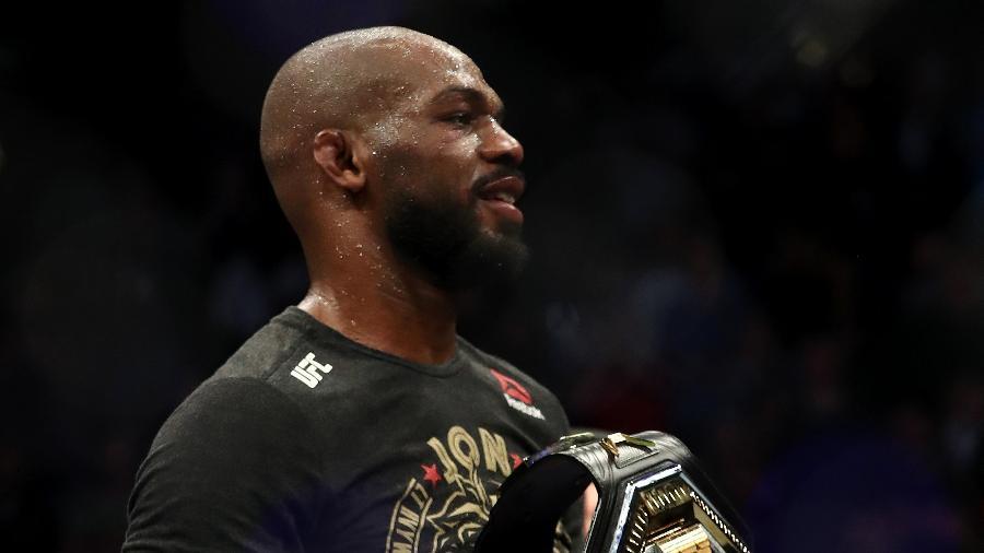 Jon Jones com o cinturão dos meio-pesados do UFC - Ronald Martinez/Getty Images