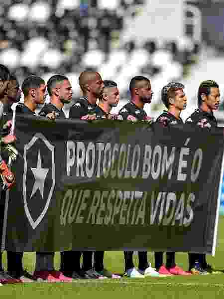 Jogadores do Botafogo exibem faixa de protesto antes de jogo contra a Cabofriense; futebol carioca é o primeiro a retornar em meio à pandemia - Thiago Ribeiro/AGIF