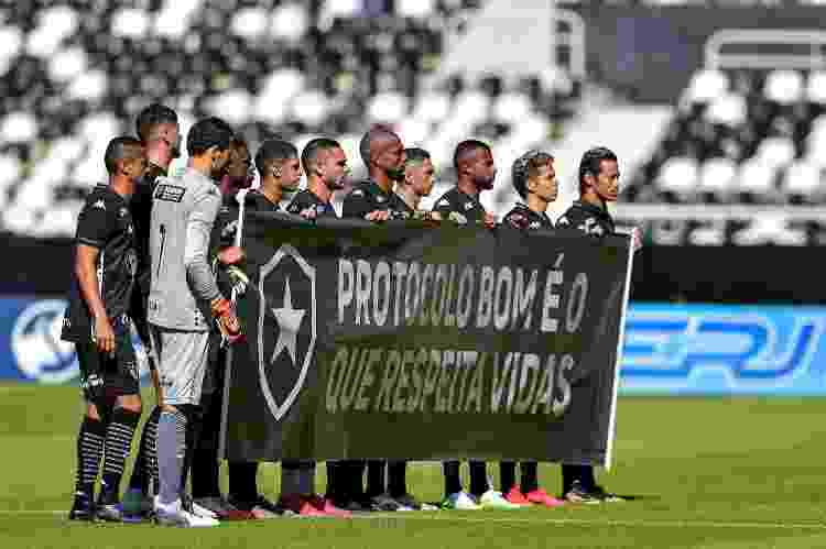 Jogadores do Botafogo exibem faixa de protesto antes de jogo contra a Cabofriense - Thiago Ribeiro/AGIF - Thiago Ribeiro/AGIF