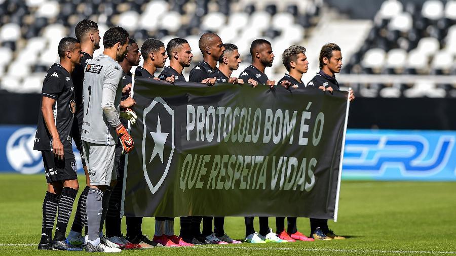 Jogadores do Botafogo exibem faixa de protesto antes de jogo contra a Cabofriense - Thiago Ribeiro/AGIF