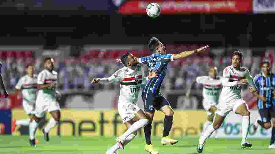 Lance entre Reinaldo e Pepê (foto), no início do jogo no Morumbi, faz parte de reclame do Grêmio - Lucas Uebel/Grêmio FBPA
