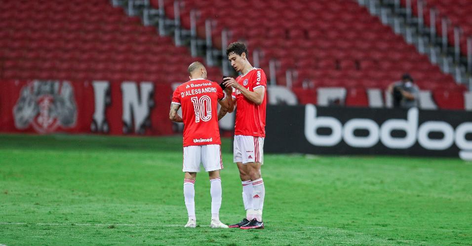 Rodrigo Dourado dá braçadeira de capitão a D'Alessandro, que se despediu do Inter contra o Palmeiras