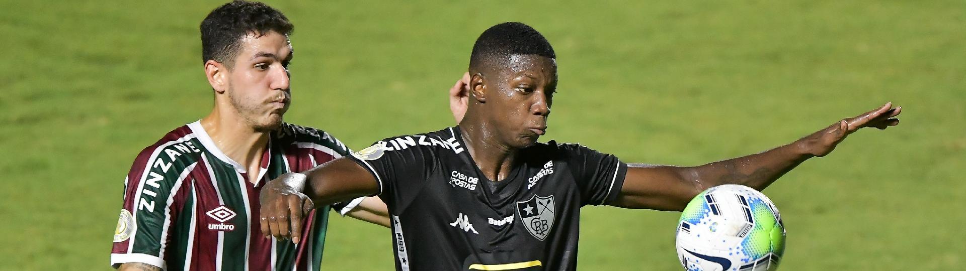 Nino e Matheus Babi disputam a bola na partida entre Fluminense x Botafogo