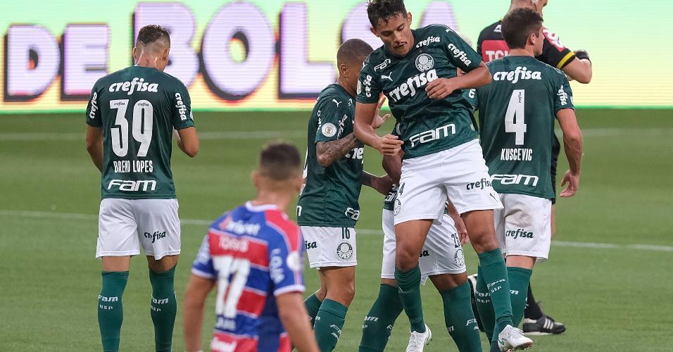 Gustavo Scarpa comemora o primeiro gol do Palmeiras contra o Fortaleza, no Allianz Parque, pelo Brasileirão 2020