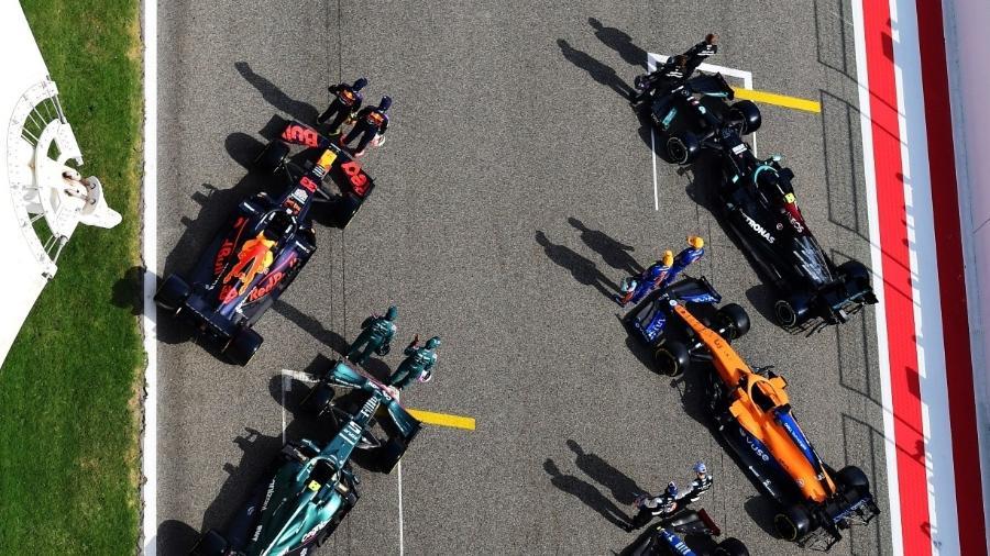 Carros da temproada 2021 enfileirados para sessão de fotos na pré-temporada da Fórmula 1 - Mario Renzi - Formula 1via Getty Images