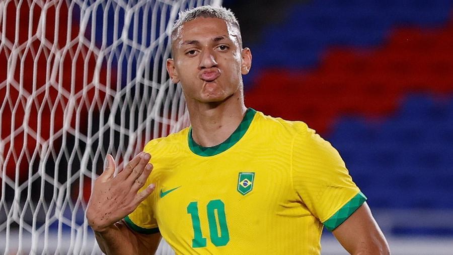 Richarlison manda beijinhos após marcar três gols na estreia do Brasil nas Olimpíadas de Tóquio - REUTERS/Phil Noble