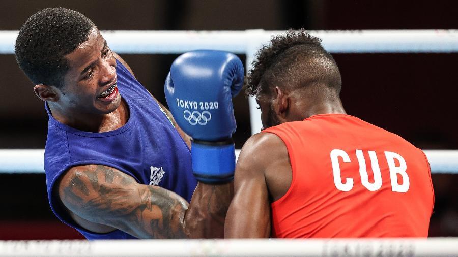 Brasileiro Wanderson Oliveira, no peso leve do boxe, contra o cubano Andy Cruz, nos Jogos Olímpicos de Tóquio - Wander Roberto/COB