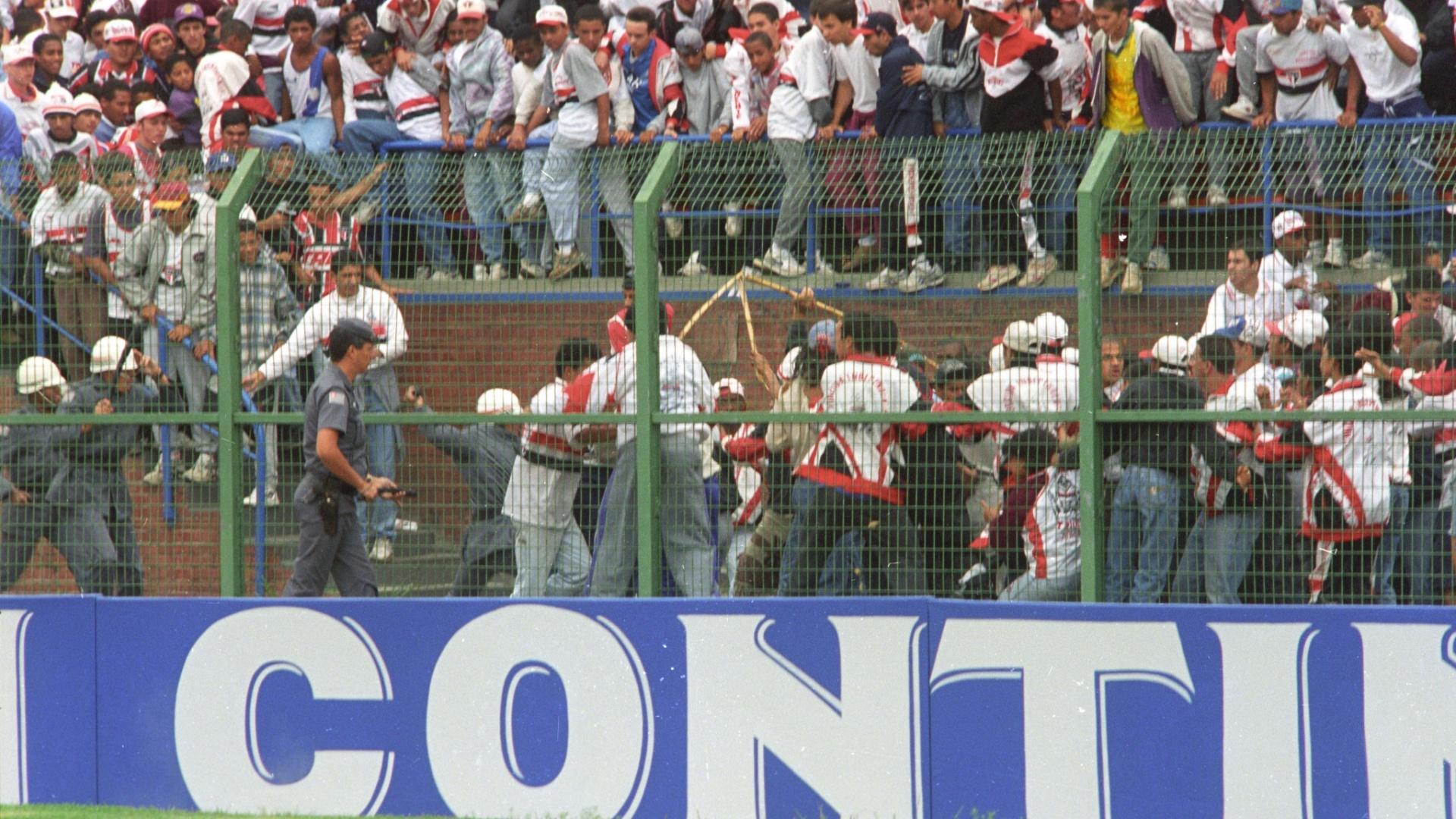 Briga entre as torcidas do Palmeiras e do São Paulo durante a final da Taça São Paulo de Juniores de 1995