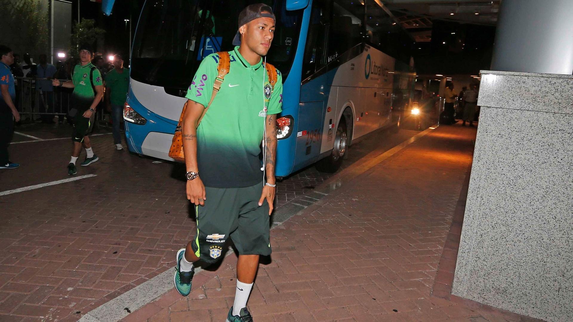 Neymar chega com a delegação da seleção brasileira a Salvador