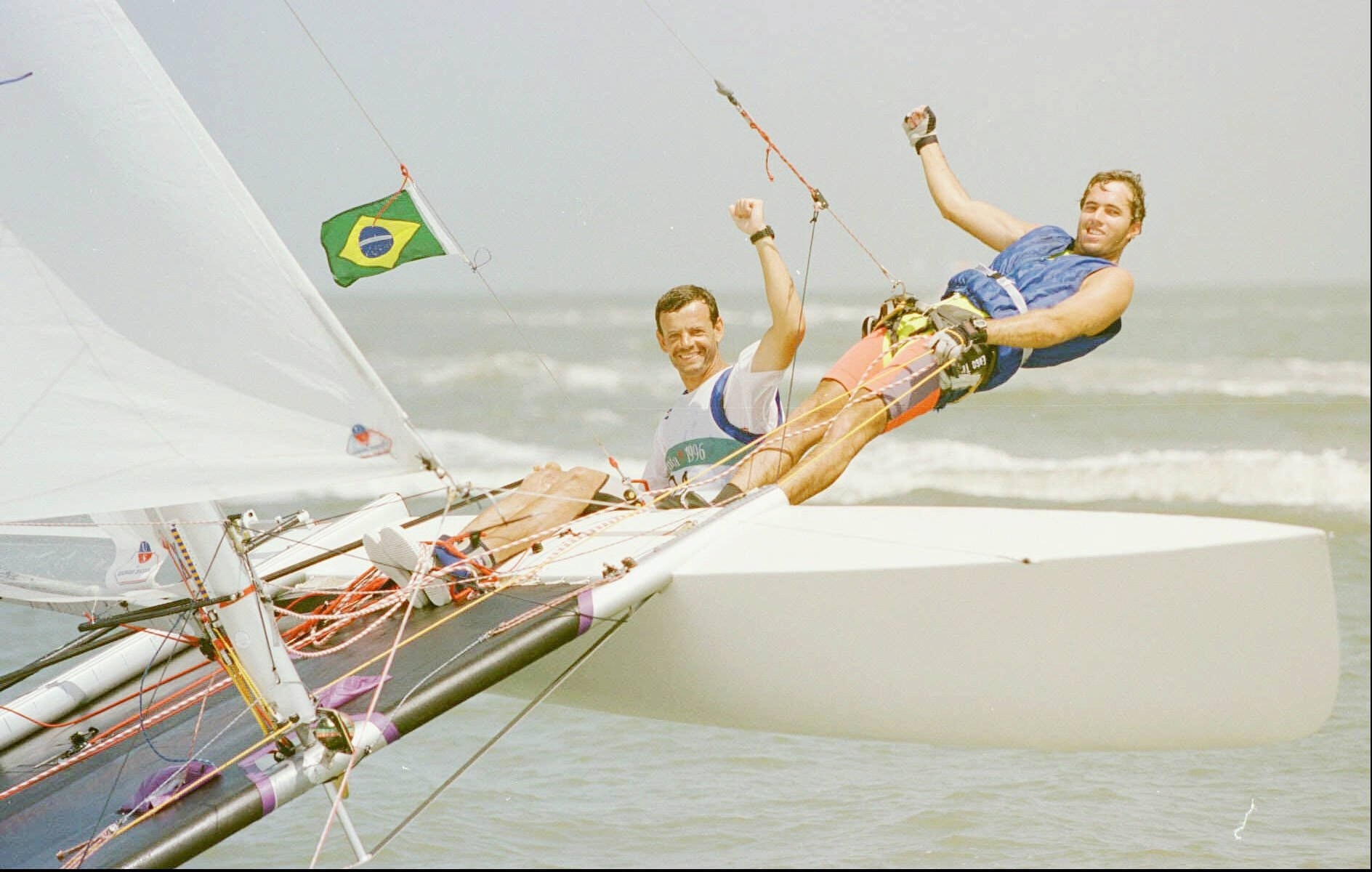 Lars Grael e Kiko Pellicano comemoram a medalha de bronze na classe Tornado na vela dos Jogos Olímpicos de Atlanta-1996