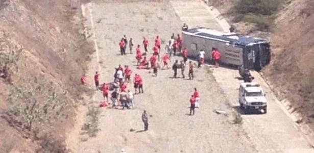 Ônibus do Huracán capota no caminho para o aeroporto na Venezuela