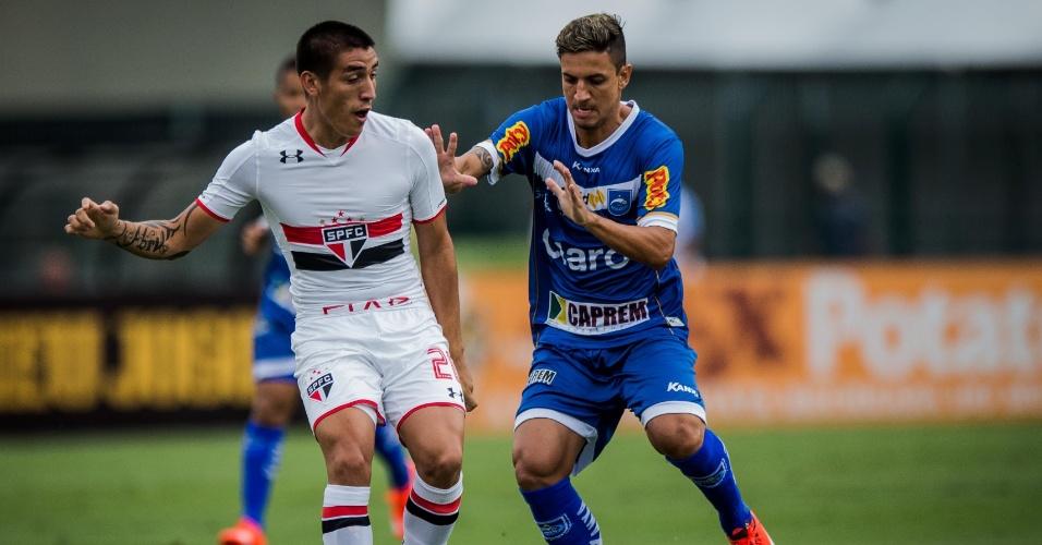 Calleri tenta ficar com a bola após disputa no jogo do São Paulo contra o Rio Claro, no Campeonato Paulista