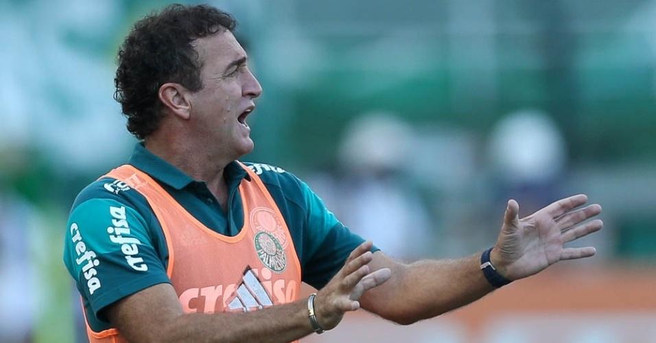 Cuca orienta o time do Palmeiras durante o clássico com o Corinthians