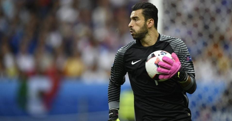 Rui Patricio, goleiro de Portugal, em ação contra a França na final da Eurocopa