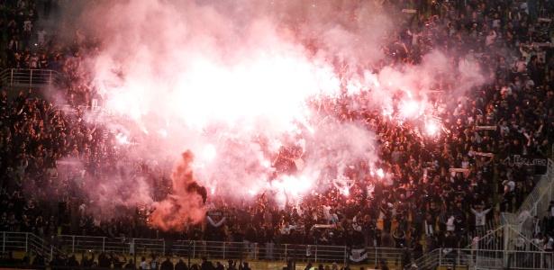 Sinalizadores dos corintianos no Pacaembu podem render multa ao clube