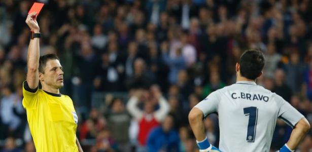 Claudio Bravo chegou recomendado por Guardiola, mas acumula falhas no City