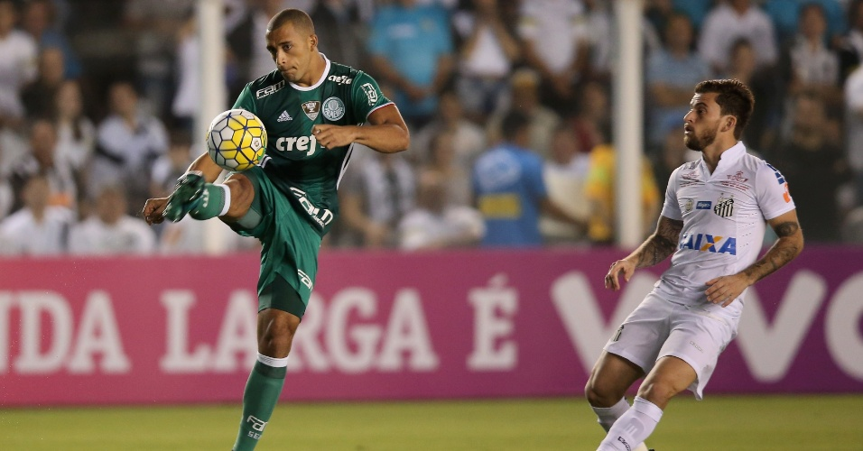 Vitor Hugo, do Palmeiras, em lance da derrota por 1 a 0 para o Santos, pelo Campeonato Brasileiro