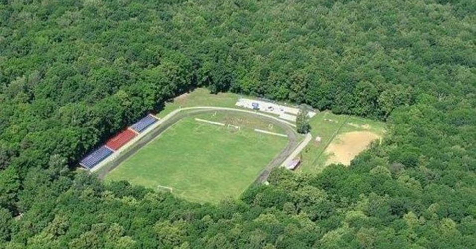Este estádio em Efremov, na Rússia, fica no meio do mato