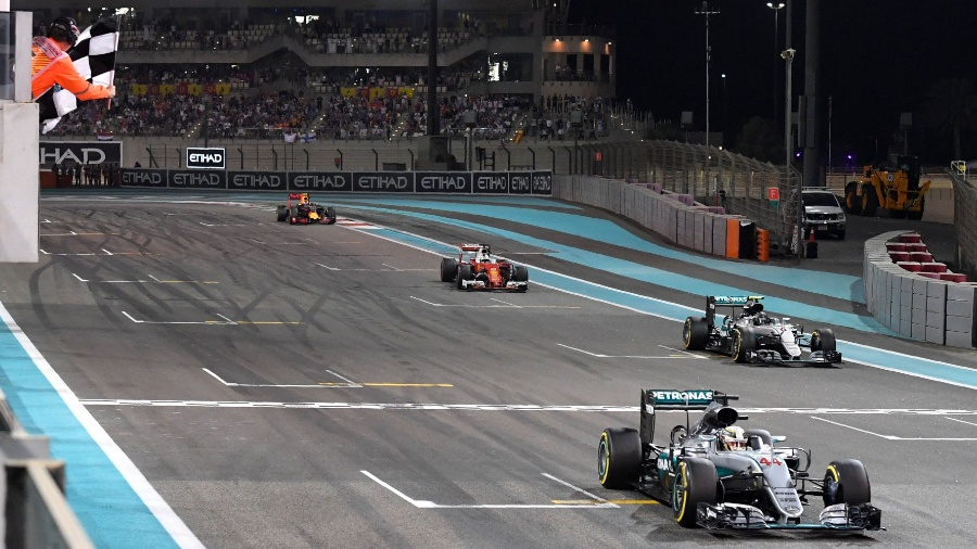 Hamilton recebe bandeirada em Abu Dhabi, seguido de Nico Rosberg - AFP PHOTO / Andrej ISAKOVIC